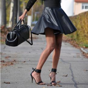 HELT NYE! MANGO High heels sandals. Sælger disse populære udsolgte sorte sandaler med rem omkring anklen.   Stadig med mærke på, da de er for store.  Nypris 800 kr.