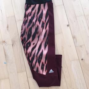 200 kr. Er min endelige mindste pris og de bliver ikke sat mere ned nu🌸  Helt nye og ubrugte Adidas løbe tights i fed farve kombination sælges 😊 Købt i forkert størrelse.   Nypris var en 500-600 kr.