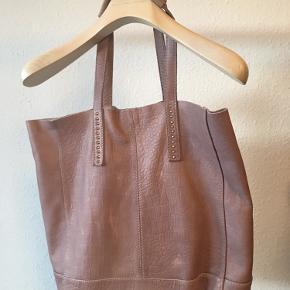 Taske fra DAY Birger et Mikkelsen  Materiale : læder  Str: 30 x 38 x 13 cm Omkreds hank: 46 cm Bytte ikke!   Sender med Dao 37 kr Afhente på Amager.