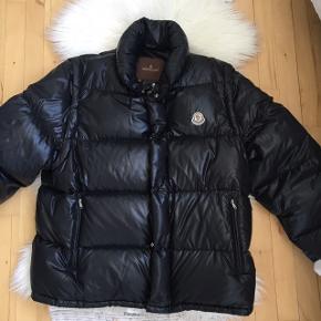 Sort Moncler jakke sælges. Den kan laves om til en vest. Unisex str 3. Det er en ældre model. Er helt som ny, kun blevet brugt enkelte gange. Ingen slid eller ridser.