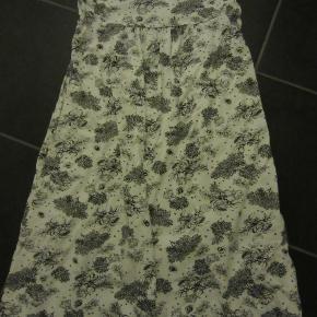 Hvid/sort PDL natkjole i lækker kvalitet.  Ikke brugt ret meget. Størrelsen hedder 146-152. Sælges for 100 kr. pp, men KUN via MObilepay.