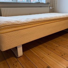 Super fin boxmadras 🌸 med hvide ben. Mål: 200x90 cm   Står Esbjerg  C