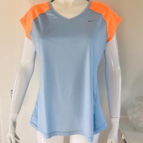 Super lækker og let Dry-fit løbe/trænings t-shirt fra Nike i friske farver. Den er brugt, men i super flot stand. Se billederne. 100 % polyester ☀️