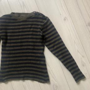 Klassisk strik fra Mads Nørgaard  Dejlig varm sweater trøje bluse Fejler intet, købt den for lille...har derfor ikke brugt den ret meget.   Farve: Olive navy stribed  Den er lidt lille af en str S Byttes gerne til en større størrelse