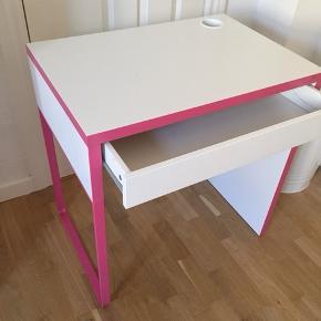 Ikea skrivebord til pigeværelset i hvid og pink med rummelig skuffe. Bordet måler 73 b x 50 d x 75 h og kan afhentes i Aalborg (Vestbyen).