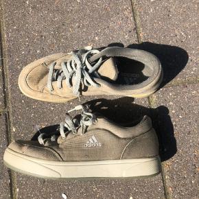 Rigtig gamle adidas sko, super god stand i forhold til at det er en ældre sko