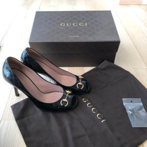 Fine Gucci peep toe og horsebit. Sort monogram ❤️ Æske og dustbag medfølger.