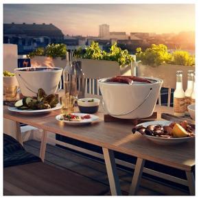 Stor salat skål i porcelæn med rustfristål hank fra EVA SOLO - fremstår som ny  Måler 30 cm i diameter og 17 cm høj  Set på nettet anvendt som bordgrill  Kan afhentes i Indre by eller Hornbæk - eller sendes med DAO