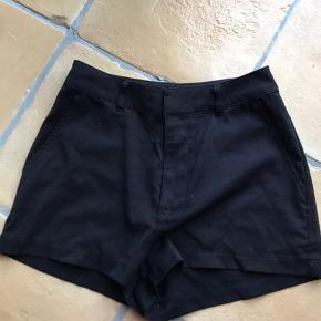 Sorte shorts  Fra H&M Brugte, men ingen tydelige brugsspor  Lavet af viskose og polyester  Skriv for flere billeder/ info