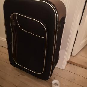 Kuffert af ældre model sælges.  Låsefunktionen er desværre Olle anvendelig da nøglen ikke længere haves.   Bud modtages.   Befinder sig i Aalborg nær Sygehus Nord.