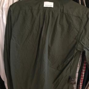 Ny skjorte fra danske Samsøe-Samsøe i army-grøn. Skjorten har været anvendt én gang og herefter vasket én gang. Skjorten er str. M og kommer uden brugsspor.