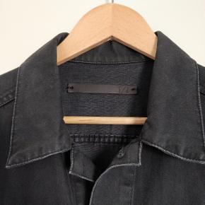 Fed denim jakke i sort fra Tiger Of Sweden.  Jakken er en small.  Har været brugt, men fremstår stadig som ny. Fra ikke ryger hjem.