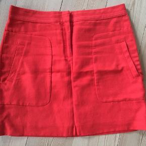 Virkelig fin nederdel fra det spanske brand Massimo Dutti, som jeg desv ikke kan passe mere - brugt måske 6-7 gange og derfor i god stand. Farven er meget mørke-orange - lidt hen ad rød.....er det den, man kalder koral?
