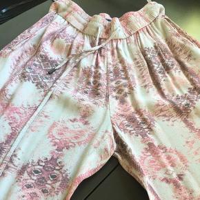 Skønne bukser Elastik i taljen længde 103 Lækkert blødt stof