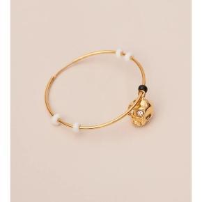 """Mono ørering """"Askady Gold"""" 23 karat guldbelagt hoop med glasperler og 23 karat guldbelagt skull 4 cm i diameter Skull 1 cm"""