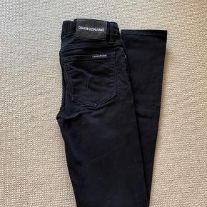 Sorte skinny jeans fra Calvin Klein. Størrelse 14 år men passer til en xs/s. 🖤 Der er elastik i taljen, som kan justeres. ☁️  Sender på køberens regning, eller kan mødes i København.  Der gives mængderabat ved køb af flere ting. Prisen er ikke fast, så bare byd!