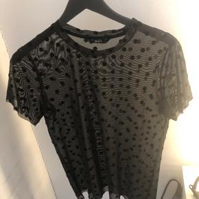 Only tshirt med prikker Str small, true to size Brugt 1-2 gange, god stand