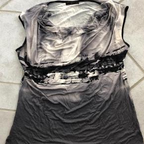 Varetype: T-shirt Farve: Black,Grålig Prisen angivet er inklusiv forsendelse.