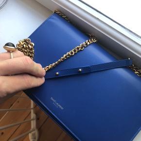 Lækreste Crossbody fra Saint Laurent i den ikoniske blå , model Paris   Med inderlomme  Beholder hellere denne selv end skambud.  Ægthed en selvfølgelighed, kvittering ikke gemt