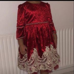 Sød lille kjole kan passes af en 3-4 årige. Brugt en enkel aften.
