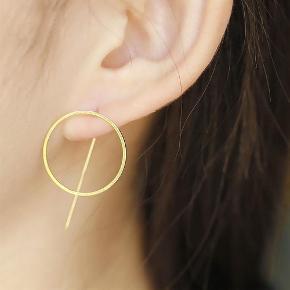 Varetype: Cirkel øreringe med stav bagpå / ørestikker Størrelse: 2.5 cm Farve: Guld Sort Sølv  Cirkel øreringe med stav bagpå, i kirurgisk stål  55,- pr. par  Guld Sølv Sort