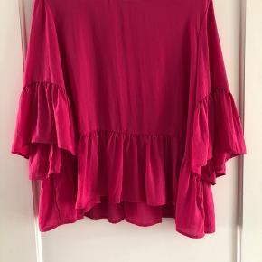 Pink bluse fra Vero Moda. Passes af M/L/XL.