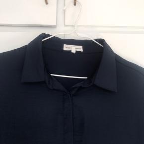 Fin skjorte i flot mørkeblå, meget let materiale og fin detalje ved ærmet, se foto.  Se også mine mange andre annoncer.