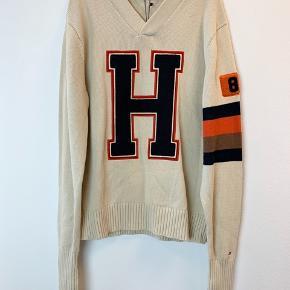 OBS! Privatbeskeder og kommentarer besvares som udgangspunkt ikke. Prisen er fast.   Helt ny sweater fra Tommy Hilfiger.