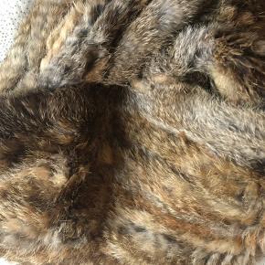 Huerør/halsdisse af kanin i flot natur farve. Str. 26 cm x 150 cm.  Mærket er Lewinsky og er købt hos Stampe i Odense.