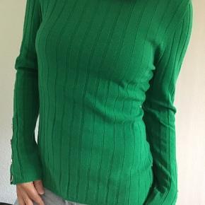 Super skøn ny bluse fra Heartmade.. fantastisk farve og med de skønneste guldknapper langs ærme.. Består af blød 100% Merino uld.. Nypris 2.000,- Bytter ikke!