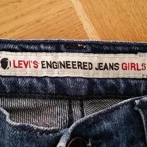 Varetype: pige Størrelse: 12år Farve: Denim  Levis jeans med smarte detaljer.