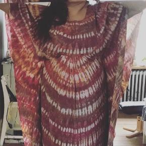 Flippet håndsyet batik kjole i 100 % bomuld.