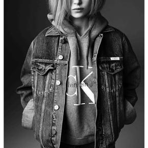 Calvin Klein denim jakke i grå OBS!!! Jakken er ret oversize så den svare nærmere til en m/l end en s.  Kom med bud  Np 1200kr   Køber betaler fragt