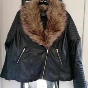 Ikke ægte pels.   Den er fra H&M plus. Den er i 2x, men er nærmere en xl.