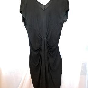 Kristina kjole fra DVF. Den nederste søm er gået op og skal syes. Ellers i rigtig fin stand.