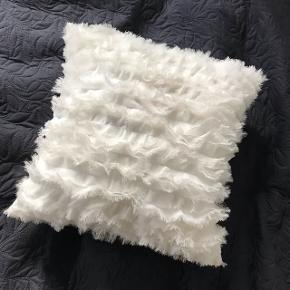Sød hvid pude med fryns fra H&M. Den er ca et halvt år gammel og har kun stået til pynt.