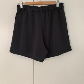 Højtaljede shorts med lommer foran og elastik i taljen. De er brugt få gang og er næsten som ny 🌸  De er lavet af 50% recycled polyester og 50% polyester