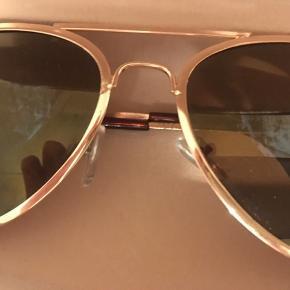 Solbriller i etui. Brugt og der er lidt slitage.   BYD + fragt. Sender gerne med Dao, kr 33,- eller afhentes i Odense.  Bytter ikke.