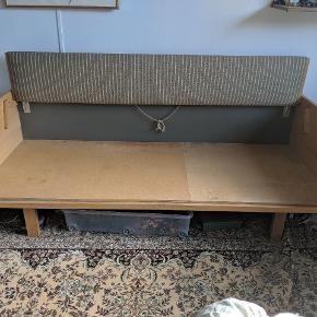 Wegner sovesofa - bunden er ombygget således en madras kan indsættes og dermed give bedre sove komfort. Målene er 205 L og 87 B. Afhentes i Århus. Skrive endelig for flere billeder :)