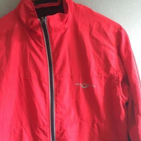 Fin løbe jakkeHandler også mobilepay sender med dao for 37kr  Løbe jakke Farve: rød Oprindelig købspris: 300 kr.