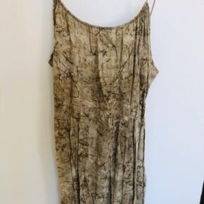 Lækker kjole, der er købt på TS som næsten ny. I rigtig fin stand. Desværre synes jeg ikke, at farven klæder mig.  Passer str. 36 og 38. Den går mig til midt på læggen (178 cm høj)