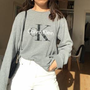 Mega fed og stilet original Calvin Klein sweatshirt 👏🏻 Købt i New York 🏙  Den er blød indeni, et slags fleece 😍  #30dayssellout