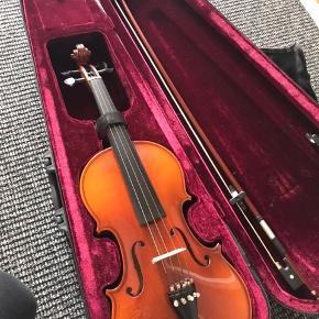 Violin aldrig blevet brugt, da interessen ikke har været der. Købt ny til 1500kr i Tyskland og sælges nu til 1000. Prisen kan forhandles;)
