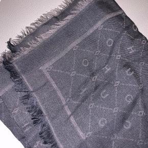 Nyt HUGO BOSS tørklæde :)  Ny pris: 600kr  Nr. 3 billed: Ikke det tørklæde jeg sælger, bare så I kan få en fornemmelse af længden på tørklædet. Tørklædet ser ud som billede nr. 1 og 2