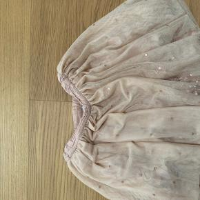 Fin nederdel med løstliggende palietter i tyllet.