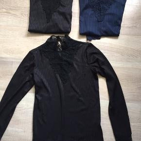 Rigtige fine bluser, også fine under strik  1 sort med lange ærmer 1 blå med lange ærmer 1 sort med korteærmer  Prisen er for alle