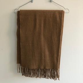 Langt, blødt, tykt og lækkert tørklæde!   Brun/beige med frynser   Aldrig brugt