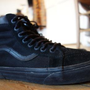 Vans, str 43, Sort  De er brugte og har brugsspor udenpå. Sål og form på skoene er rigtig fin.  Kan afhentes på Nørrebro eller sendes for købers regning