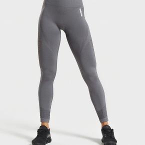 Sælger disse fine squat proof træningsbukser fra gymshark, da de er købt for store!  Byd - der kan sendes billeder af de jeg har liggende hvis det ønskes