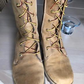 Timberland støvler med lynlås, så man ikke behøver at snøre dem hver gang de skal bruges.  Brugt få gange, og de fejler intet.
